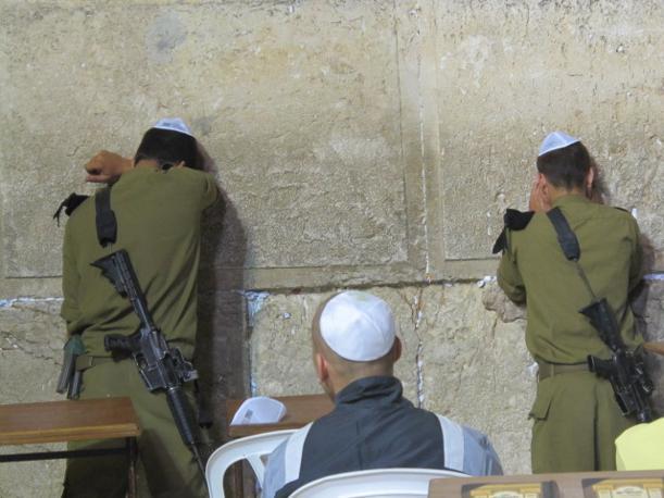 Muro del pianto, una di notte: soldati israeliani in preghiera (foto M.Caprara)