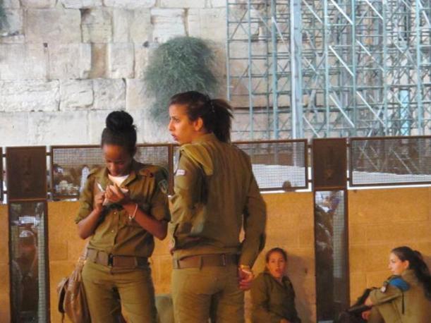 Soldatesse israeliane dopo le preghiere (foto M.Caprara)