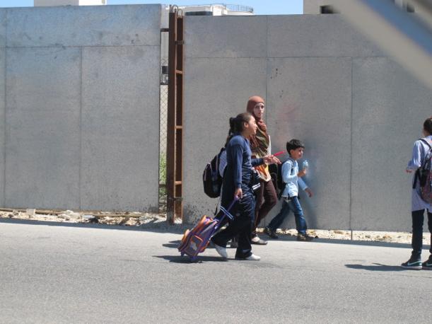 Ramallah, studentessa con cartella-trolle (foto M.Caprara)