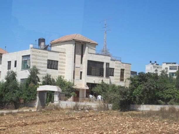 Ramallah, l'antenna tv a forma di Tour Eiffel su un  palazzo (foto M.Caprara)