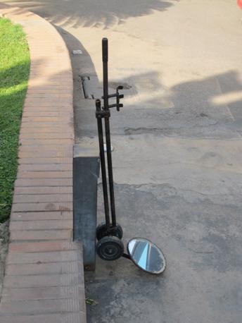El Tahadeia, Specchio per controllare che le auto non nascondano armi o bombe (foto M.Caprara)