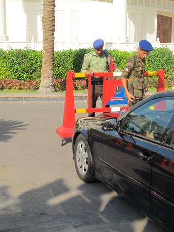 El Tahadeia, controlli sotto un'auto (foto M.Caprara)