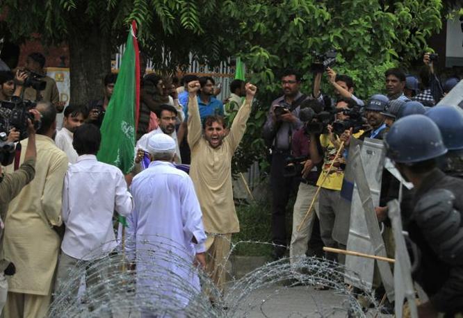 La rabbia a Islamabad, dove circa 200 persone hanno manifestato urlando sloga anti-Usa (Reuters)