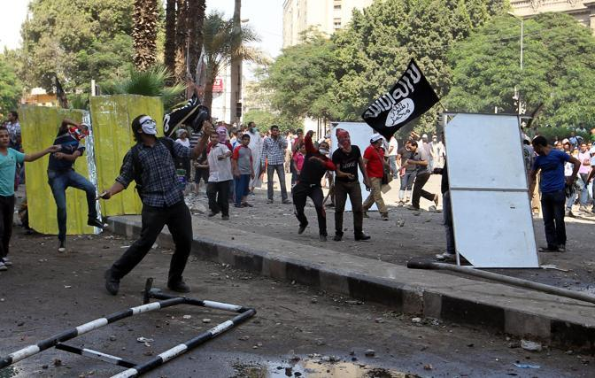 A Il Cairo, davanti all'ambasciata Usa (Epa)