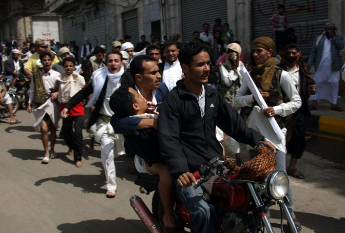 In Yemen i dimostranti hanno sfilato lungo le strade di Saana fino all'ambasciata Usa (Afp)