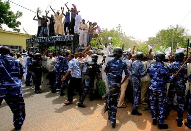 La polizia sudanese ha fatto muro contro i fedeli  che, usciti dalla Grande Moschea di Khartoum, si sono diretti verso le ambasciate britannica e tedesca (Afp)