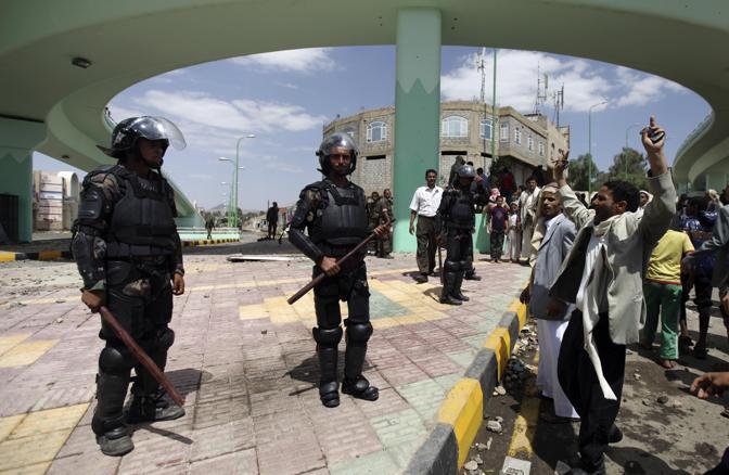 Dimostranti e polizia a Saana  (Reuters)
