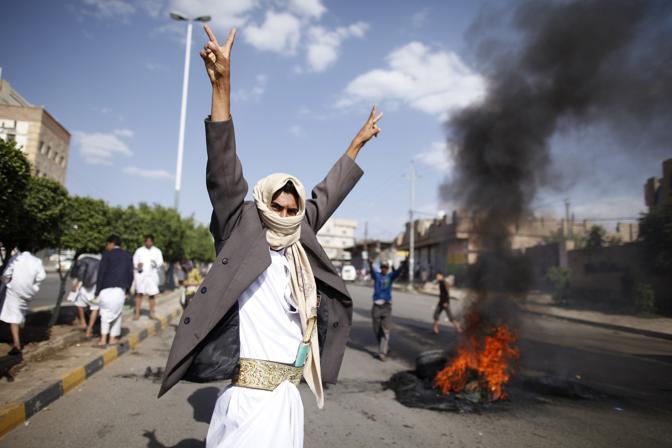 Manifestazioni per le strade di  Saana  (Reuters)