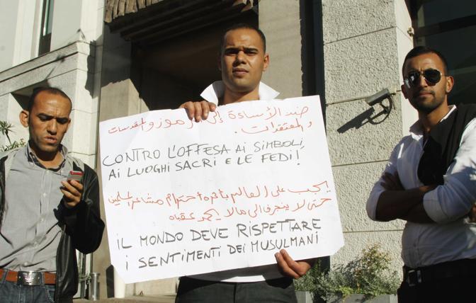 A Milano cartelli e slogan esibiti nei pressi del Consolato Americano (Salmoirago)