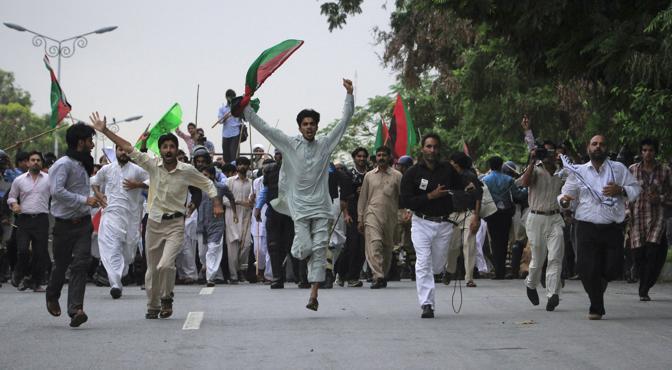 Gruppi Shiiti per le strade di Islamabad protestano urlando slogan anti Usa  (Reuters)