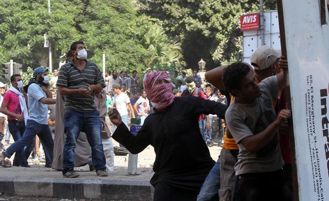 Lancio di pietre a Il Cairo nei pressi dell'ambasciata Usa (Epa)