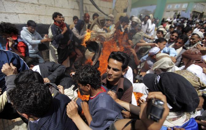 Bandiere Usa bruciate lungo le strade di Saana (Reuters)
