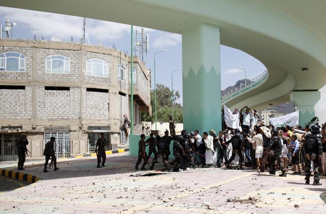 La polizia ha faticato a contenere la protesta contro l'ambasciata Usa a Sanaa, capitale dello Yemen (Reuters)