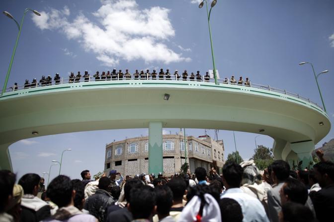 La folla ha circondato l'edificio diplomatico. Le forze yemenite hanno messo in sicurezza la zona (Reuters)