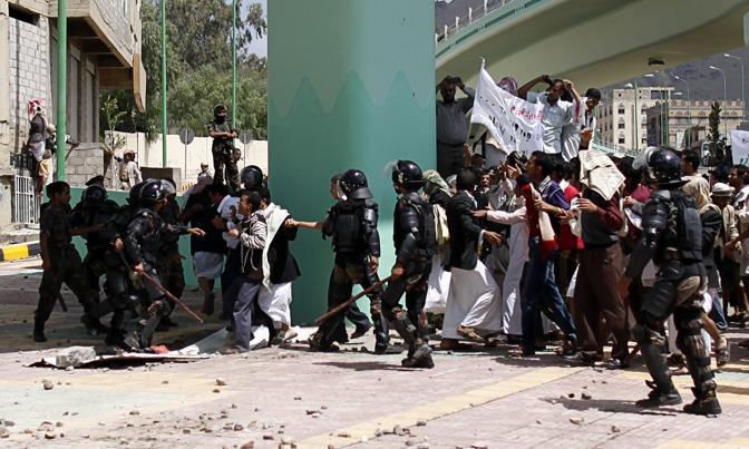 Nei giorni scorsi c'erano state quattro vittime negli scontri nella capitale dello Yemen. Questa volta la polizia ha esploso alcuni colpi in aria (Reuters)