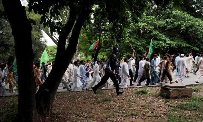 Il corteo si è svolto pacificamente per le vie di Islamabad, ma i manifestanti agitavano  dei bastoni minacciosamente (Afp)