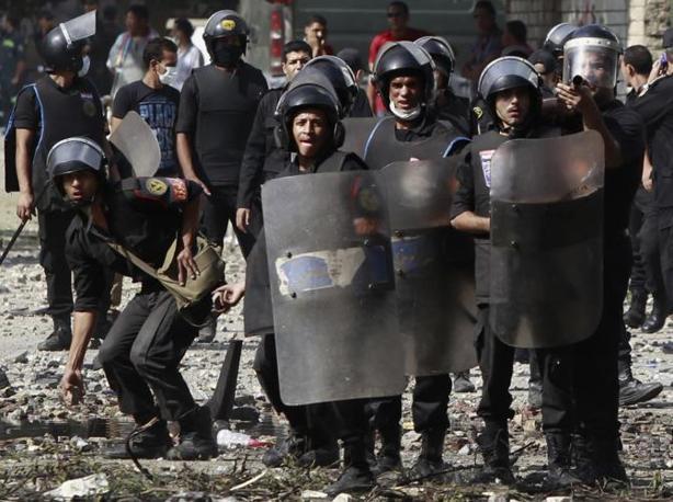 La tensione al Cairo  è sfociata in una fitta sassaiola tra manifestanti e forze dell'ordine di fronte all'ambasciata americana (Reuters)