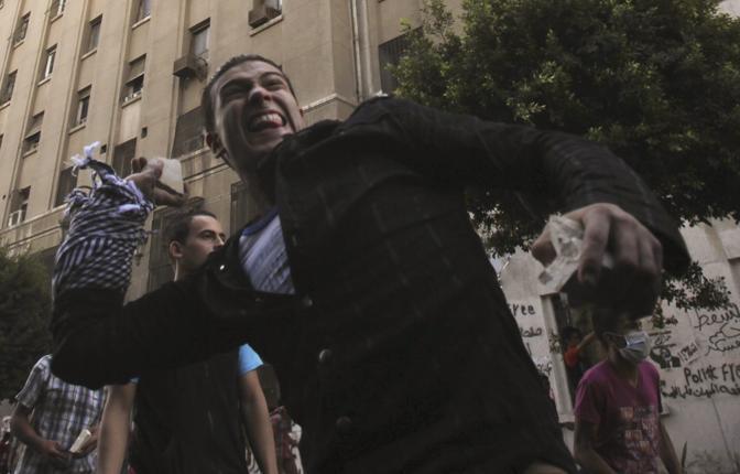 Per far fronte alla sassaiola le forze di sicurezza egiziane hanno allestito un muro di blocchi di cemento alto 3 metri (Reuters)