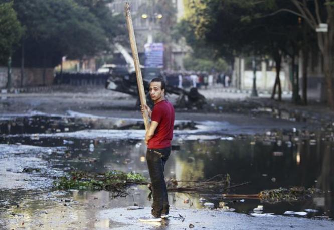 Il Cairo. La polizia ha risposto anche con il lancio di lacrimogeni (Reuters)
