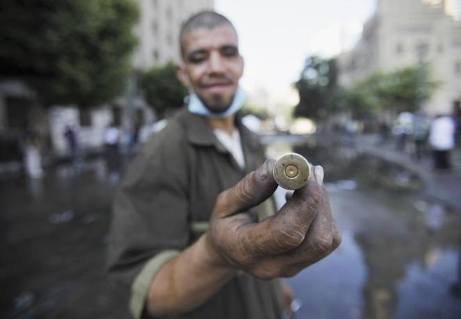 Il Cairo. Un manifestante mostra la cartuccia di un fumogeno appena esploso (Reutesr)