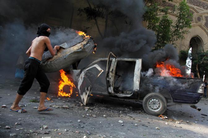 A Il Cairo i manifestanti hanno dato alle fuoco alcune auto (LaPresse)