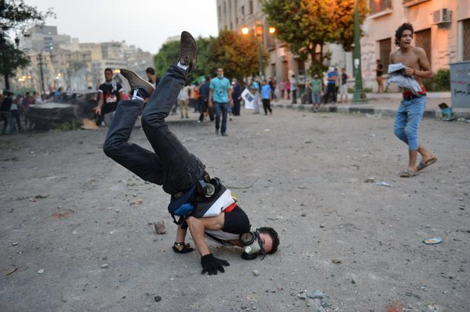 Il Cairo. manifestanti erano comunque preparati a fronteggiare i fumogeni con maschere antigas (Afp)