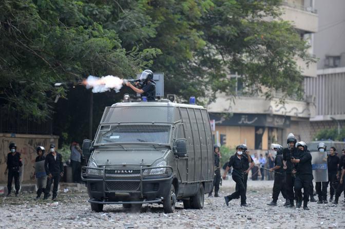 Il Cairo. Il lancio dei lacrimogeni (Afp)