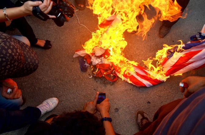 A Tunisi i manifestanti sono entrati all'interno dell'ambasciata (Corbis)