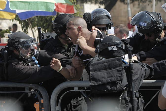 Proteste anche a Gerusalemme, con la polizia impegnata a calmare le acque (Afp)