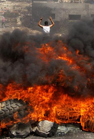 Nei pressi di Nablus, dove sono più alte le tensioni con i coloni ebrei, i manifestanti hanno provocato colossali incendi di pneumatici (Epa)