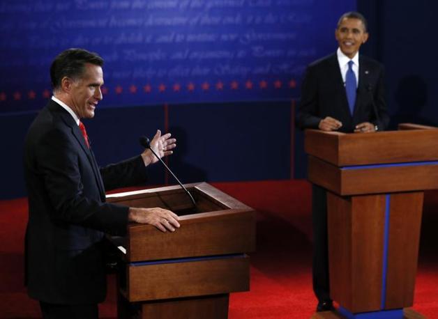 Tutti e due hanno una spilletta della bandiera americana sul bavero della giacca. Ma quella di Romney è leggermente più grande di quella di Obama (Ap)
