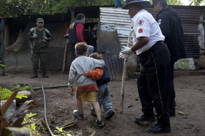 Carlos, 6 anni, abbraccia la sorellina Izabel. I killer hanno appena massacrato i suoi genitori, i due fratelli di 8 anni e 8 mesi, e tre vicini di casa (Epa)