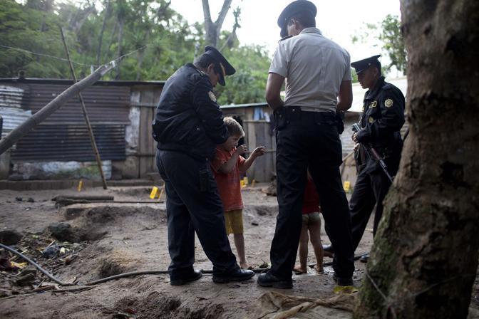 Alla polizia il bambino ha raccontato le fasi della sparatoria