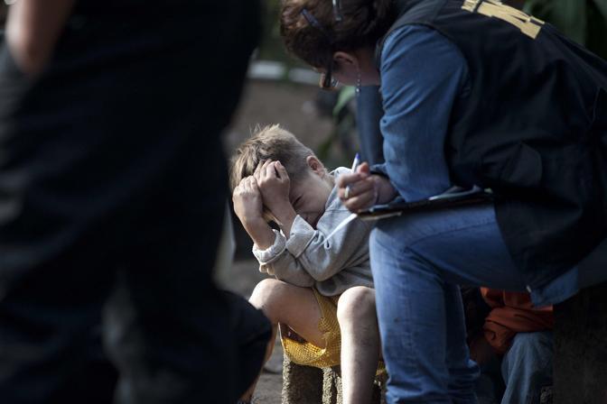 Alla fine il coraggioso bambino non riesce più a trattenere le lacrime e si lascia andare a un pianto disperato