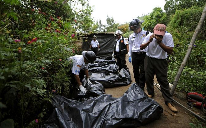 I cadaveri raccolti dalla polizia sul luogo del massacro (Afp)