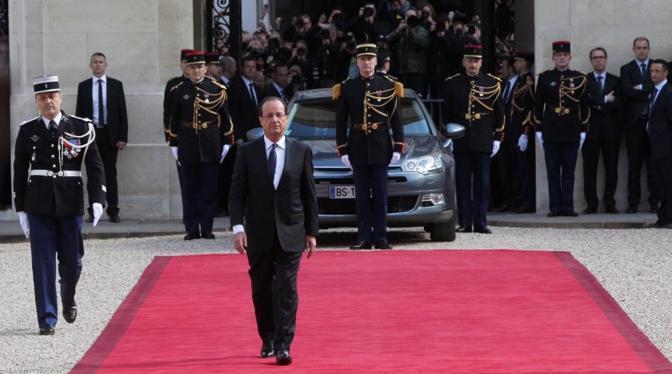 """Il presidente francese François Hollande, a pochi mesi dal suo insediamento, si è già fatto notare per """"trasandatezza"""". Come, per esempio, indossare cravatte storte, perfino alla cerimonia d'inaugurazione del mandato"""