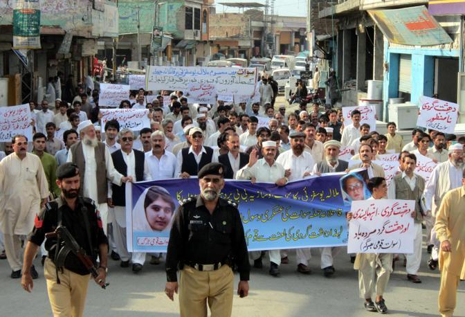 Sono in tutto 5 le persone che sono state arrestate in relazione all'attentato alla giovane attivista   ferita  martedì da alcuni Talebani mentre rientrava a casa nella Valle di  Swat (Epa/Mustafa)