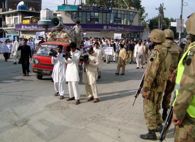 Secondo i militari le condizioni della ragazza  ricoverata nell'ospedale militare di Rawalpindi non destano preoccupazione ma Malala è ancora attaccata al  respiratore (Epa/Ali)