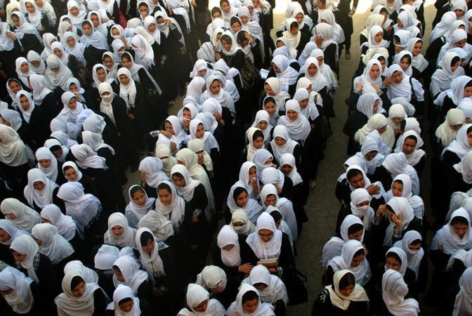 Circa 9,5 milioni di  studenti delle scuole afghane hanno tenuto una speciale preghiera per  Malala Yousufzai, la giovani di 14 anni, nota per aver scritto un diario in cui  denunciava i soprusi compiuti dai Talebani nella Valle di Swat (Epa/Mustafa)