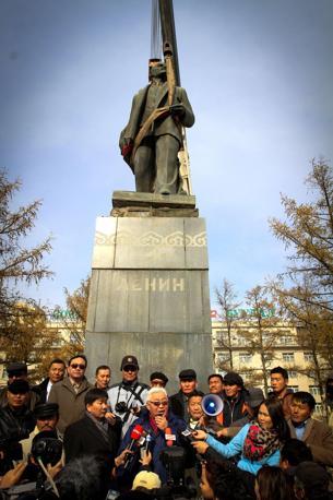 """Ulan Bator, capitale della Mongolia: il sindaco, Bat-Uul Erdene, spiega le ragioni dell'abbattimento della statua di Lenin. Il primo cittadino ha definito Lenin """"assassino"""" (Afp)"""