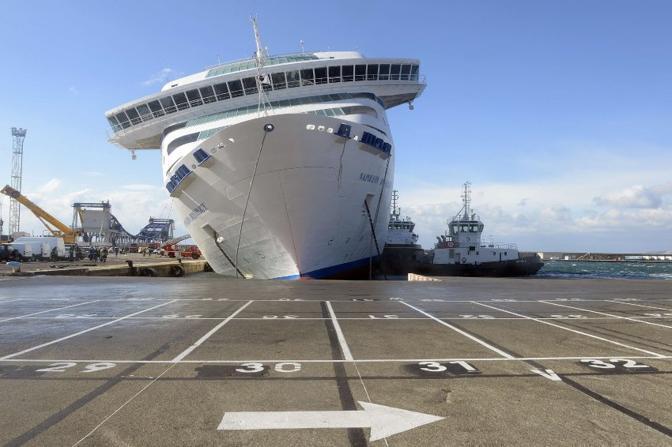"""Il traghetto """"Napoleon Bonaparte"""" è pericolosamente inclinato nel porto di Marsiglia (Afp)"""