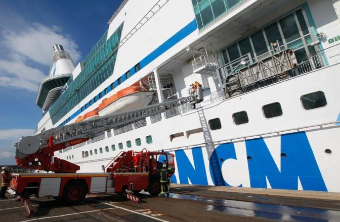 Vigili del fuoco in azione: non ci sono fiamme da spegnere, il problema è l'acqua - penetrata in due scomparti della nave (Reuters)