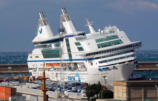 Col forte vento la nave si è inclinata (Reuters)