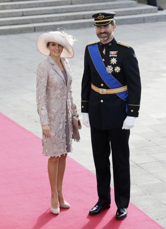 Il principe Felipe di Spagna con la moglie Letizia partecipano alle nozze (Reuters/Lenoir)