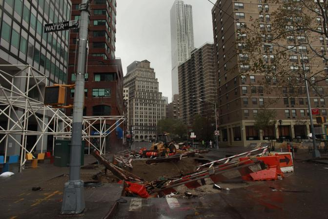 I segni evidenti e i danni lasciati dall&#39;uragano Sandy: South Street Seaport, Manhattan, New York (Allison Joyce/Getty Images/Afp)