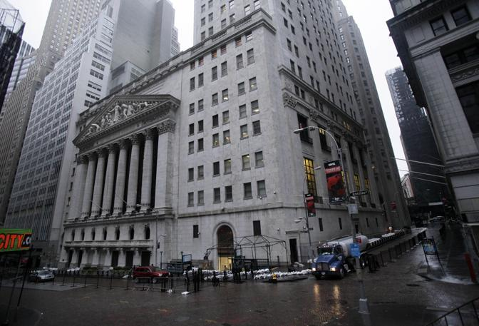 Wall Street, la Borsa di New York, dopo il passaggio di Sandy: decisa la riapertura per mercoled  (Richard Drew/Ap)