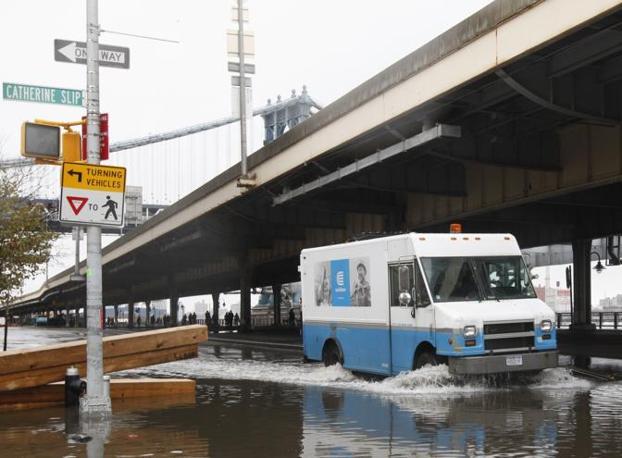 Un'immagine delle strade del Lower East Side dopo il passaggio dell'uragano (Brendan McDermid/Reuters)