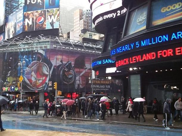 La pioggia è ancora forte, ma si ripopola Times Square (Valeria Robecco /Ansa)