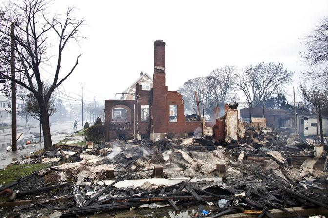Un'altra immagine di Breezy Point, nel Queens: decine di case incendiate, alcune completamente devastate dalle fiamme (Ramin Talaie/Ansa)