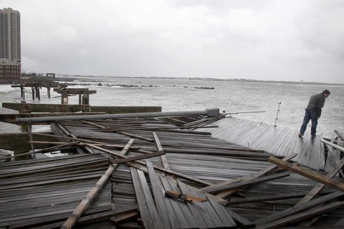 La passeggiata lungomare in legno di Atlantic City,. New Jersey, divelta dalla forza della tempesta (Seth Wenig/Ap)